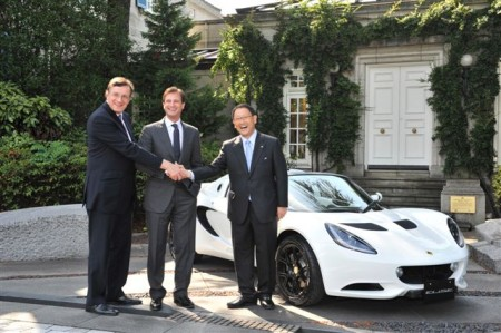 David Warren, British Ambassador to Japan (left), Dany Bahar, CEO of Group Lotus (centre) and Toyota Motor Corporation President, Akio Toyoda (right) with the Lotus Elise R